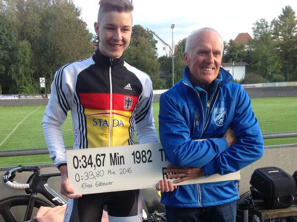 Elias Edbauer und Bezirksvorsitzender Josef Stöckl nach dem geglückten Rekordversuch über die 500 Meter Distanz