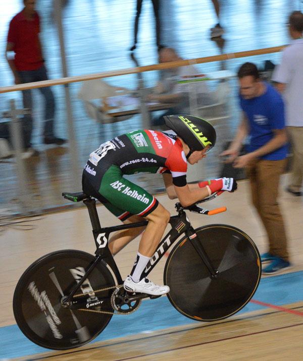 Henri Uhlig beim Finallauf über 2000 m Verfolgung. Im Hintergrund Landesverbandstrainer Fritz Fischer