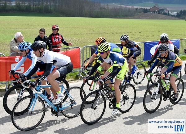 Bikewuidererfahrer Sebastian Wilhelmi ganz rechts in Aichach unterwegs