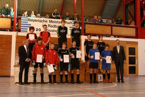 stehend von links: Landesfachwart Robert Botschafter, Dominik Ebert, Kevin Liebl und die restlichen Teilnehmer