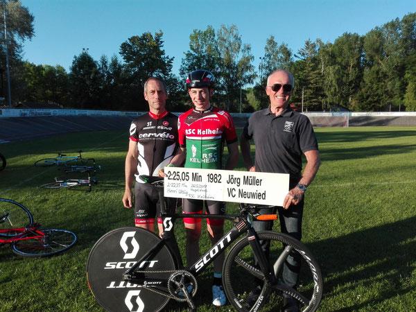 v.Links: Steffen Uhlig (Stützpunkt-Trainer NP.), Henri Uhlig nach erfolgreicher Rekordfahrt und Josef Stöckl (Bezirksvorsitzender mit der alten Bestmarke aus dem Jahr 1982