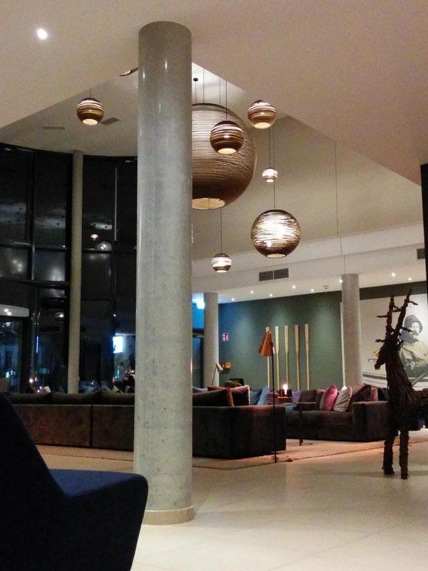 Eine runde Betonsäule in einer Hotel-Lobby