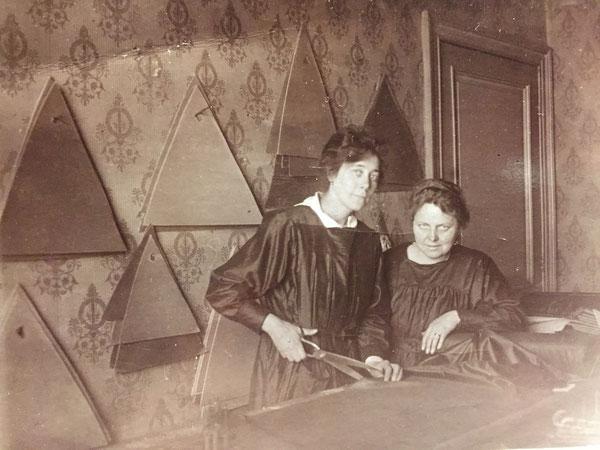 Foto van 1919.  Het snijden van stof.