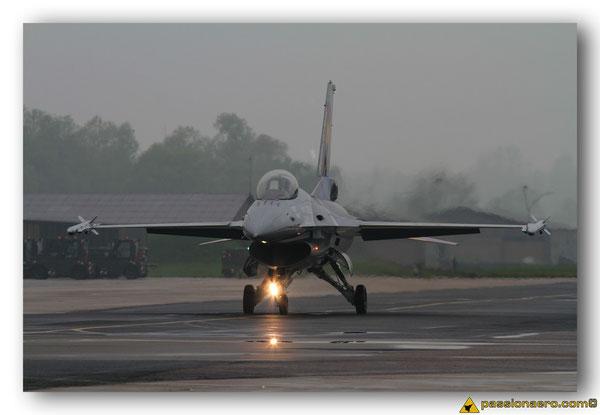 F-16AM au roulage sous la pluie