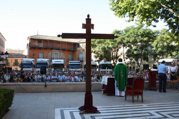 Detalle de La Cruz de La Piedad presidiendo la misa de campaña de S. Cristobal 2011. Foto: Esteban Casarrubios.