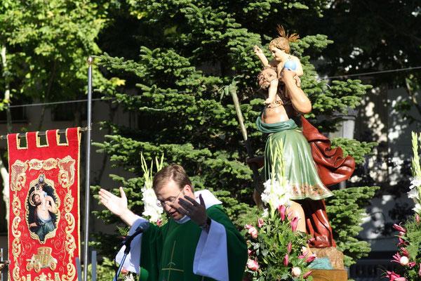 Momento de la celebración de la Misa con San Cristobal presidiéndola junto a su estandarte.