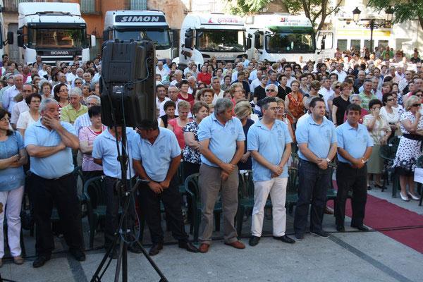 Miembros de la Junta Directiva de San Cristobal con su Presidente a la cabeza, escuchando la Misa de Campaña.