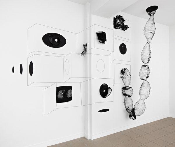 Harriet Groß, Tokyo Vocabulary I, 2013, Raumzeichnung mit Tape, Schnur, Papier/Metall Cutouts