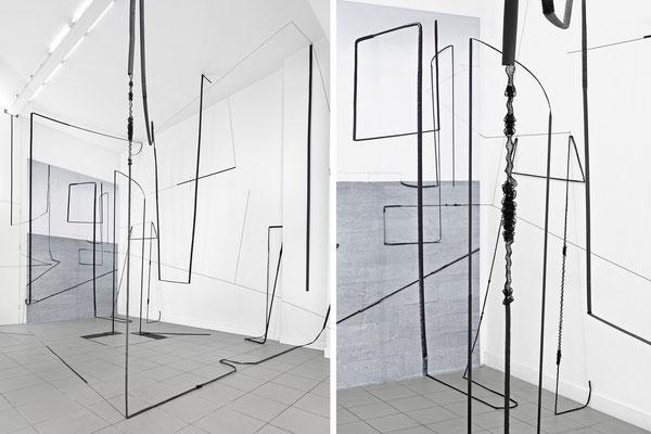 Harriet Groß, Störung, 2015, Raumzeichnung mit Stangen, Tape, Netz, C-Print