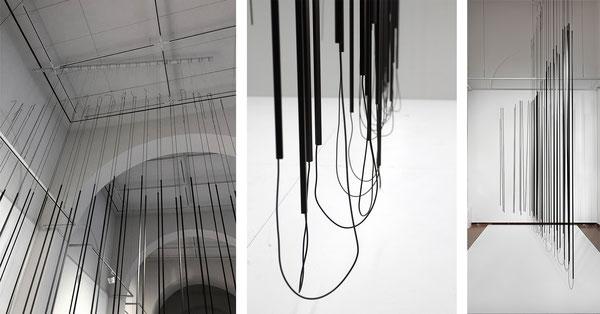 Harriet Groß, Dem Wind durchlässig, 2018, Raumzeichnung mit Metallstangen, Gummischnur und Tape
