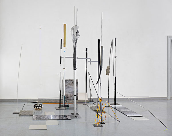 Harriet Groß, Nomaden, 2018, Raumzeichnung mit Zeltstangen, Metall, Tape, Glas, Accoustic Mousse, C-Prints