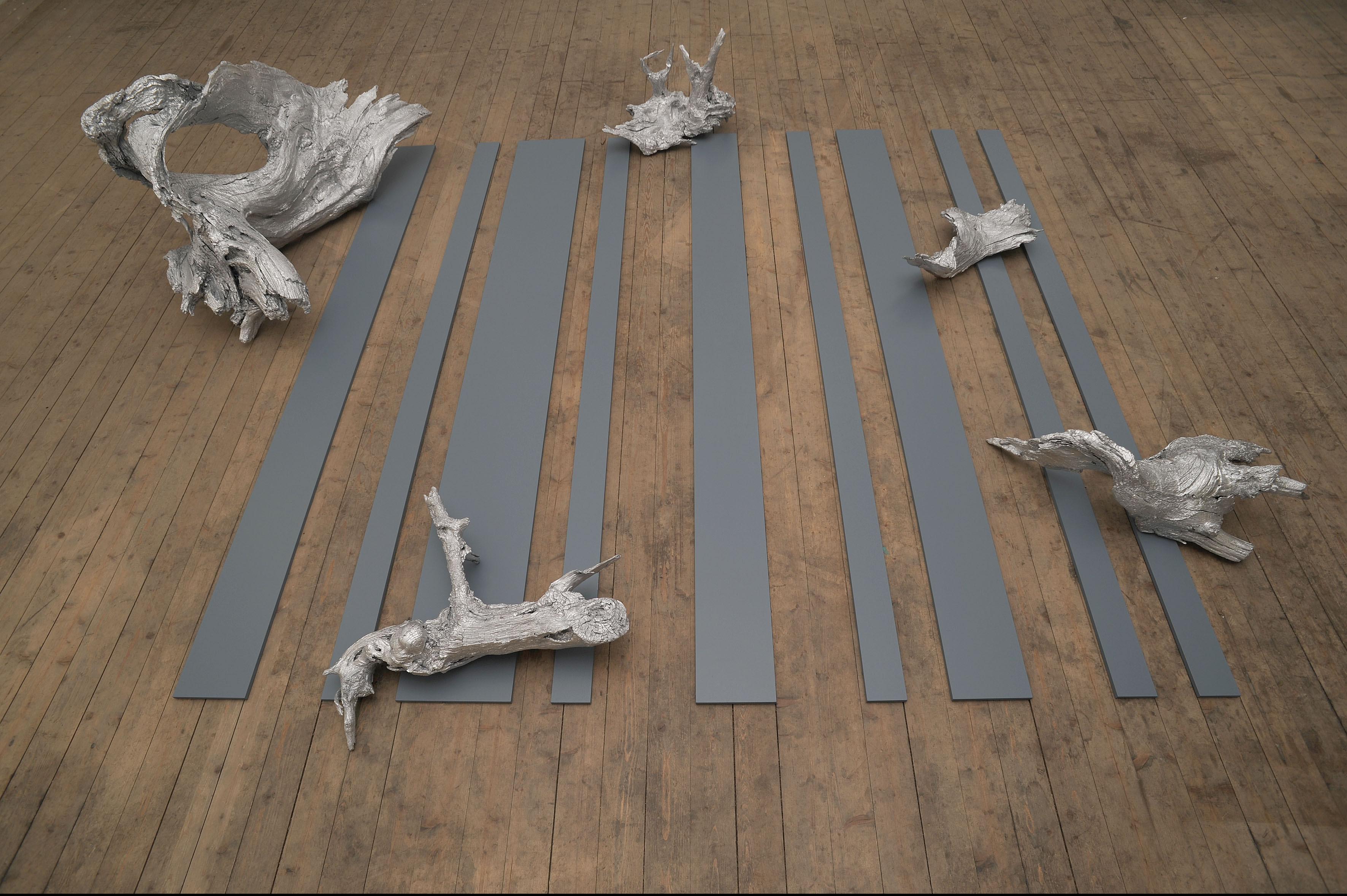 Gabriele Künne, Passaggio, Wurzeln, Aluminiumlack, MDF, Lack ca. 60 x 260 x 210 cm, 2008