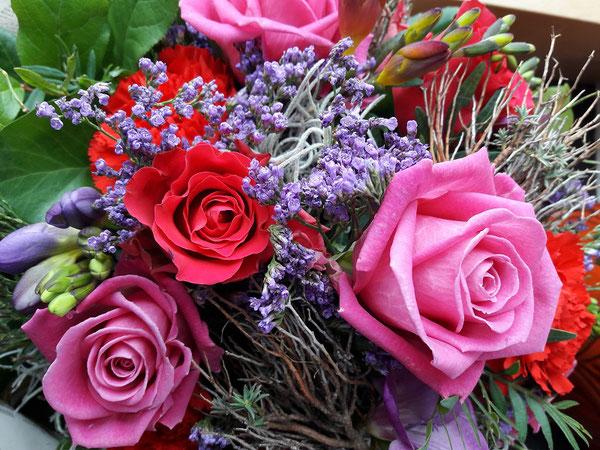 Freesien, Nelken, Limonium, Euporbie, Blumenstrauß,