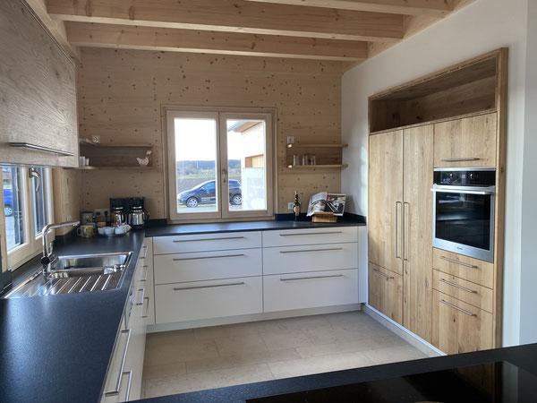 Küche vom Schreiner aus massivem, hellem Holz
