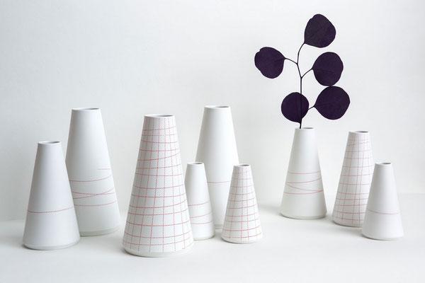 Porzellan Kegel Vasen mit roten Linien kariert