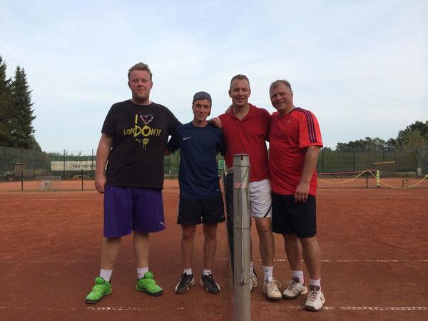 v.l. die geschlagenen Finalisten Fabian Freese und Robin Wiegmann neben den Siegern Heiko Rydzy und Michael Kautz