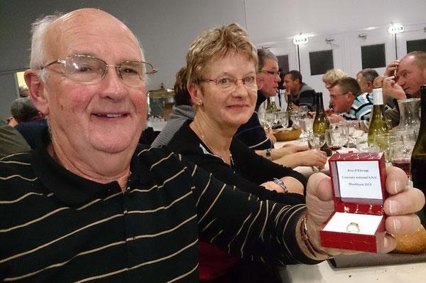 Jacky très heureux présente sa bague en compagnie de son épouse Pierrette