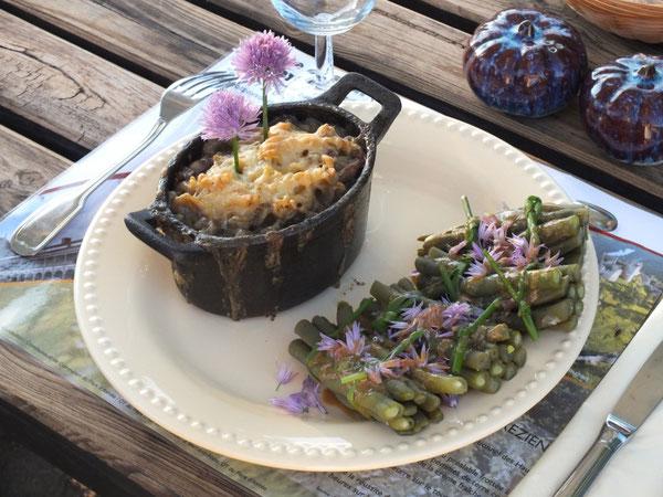 Gratin de courgettes et fusili,  petits fagots de haricots verts, fleurs de ciboulette