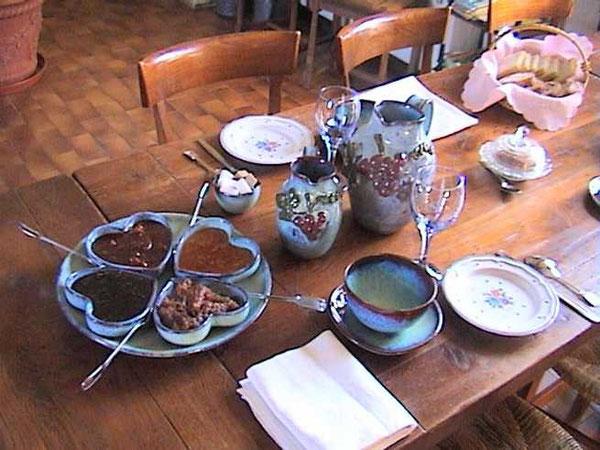 Présenté dans les céramiques de Juliette, un petit déjeuner copieux, savoureux et tonique