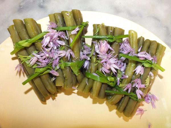 Fagots de haricots verts frais, liés de tiges de ciboulette, accompagnés de fleurs de ciboulette au délicat parfum légèrement aillé
