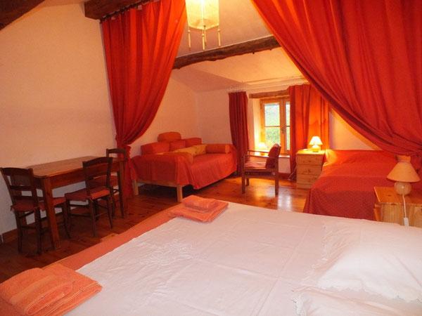 Pour votre confort, un lit en 180 et un coin pour votre détente