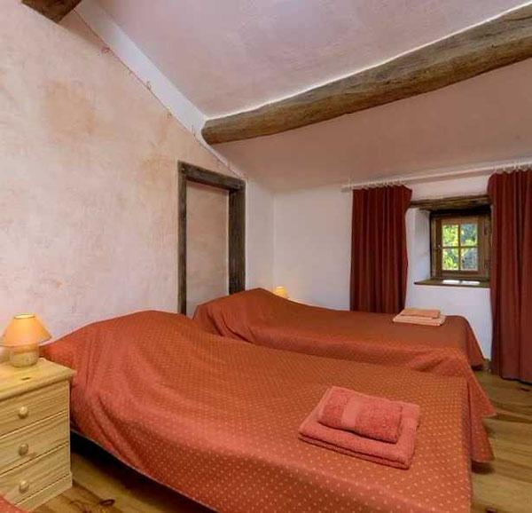 Une grande chambre pour 3 avec le confort d'un coin salon, vue traversante nord et sud, large palier avec placard