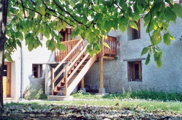 L'entrée de la salle commune et l'accès à la chambre Daphnis au Domaine de la Loge