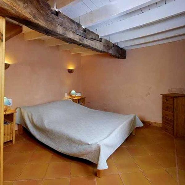 Chambre Céladon : un duplex pour accueillir parents et enfants, chacun dans son espace et une salle de bain avec baignoire