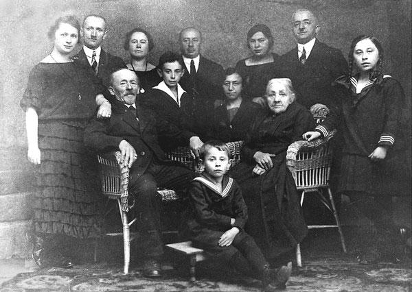 Goldene Hochzeit von Julius und Sabina Katz 1926, Enkelsohn Lothar Katz vorn auf dem Fußbänkchen, rechts vermutlich Brunhilde (?)