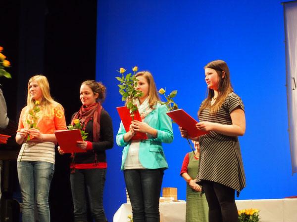 Kim Aileen Elsebrock (re) mit Urkunde im Theater Stralsund