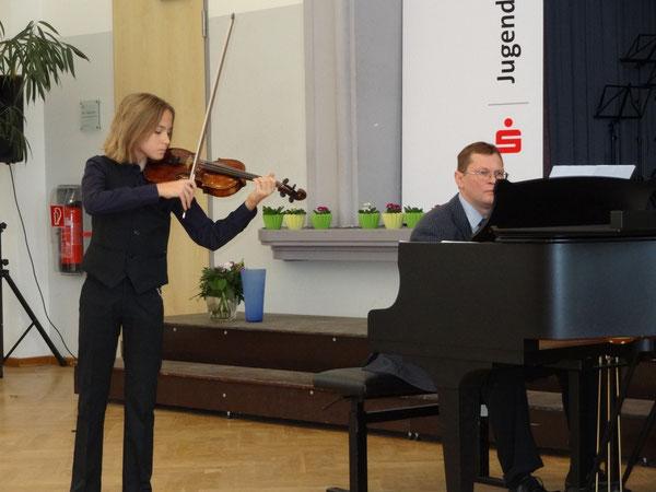 Elias Rörig gewinnt bei Jugend musiziert in Nbg einen Sonderpreis mit Höchstpunktzahl in der AG III, am Klavier Roman Kalischewski