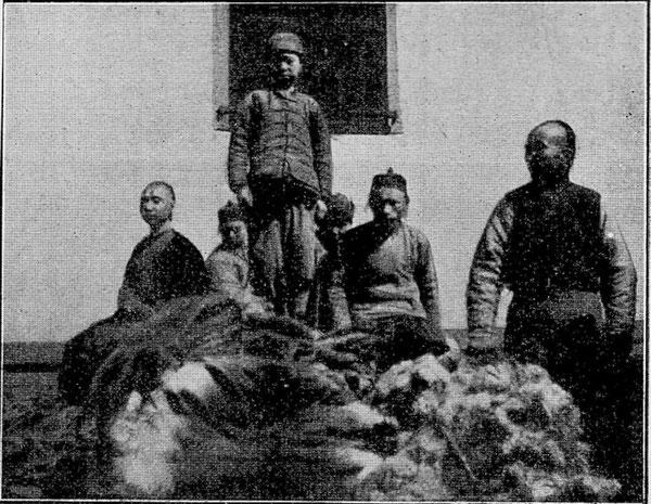 中国の大規模な毛皮店の従業員ら。1900年頃。Picture: Alamy