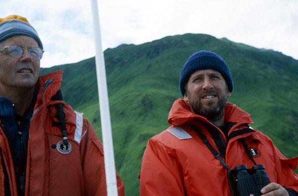 ジム・エステス博士(左)とティム・ティンカー博士。Source: Jim Estes.
