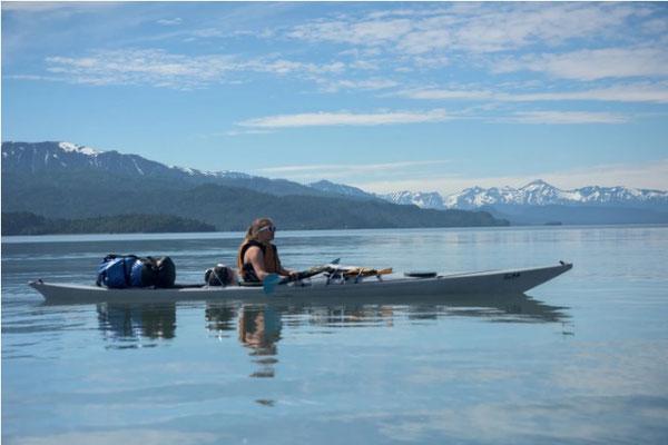 海洋生物学者ナタリー・ラウスはカヤックに乗りアラスカ州カチェマック湾で水の標本を集める(Jimmy McAllan)