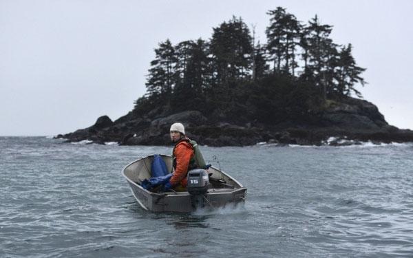 アルミ製のおんぼろのボートで出発するピーター・ウィリアムス。Photograph: James Poulson