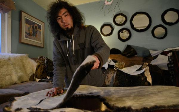 ラッコの皮から服をつくるピーター・ウィリアムス. Photograph: James Poulson