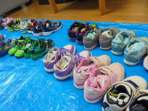 園児さんのカラフルな靴。これだけで元気が出てしまいます!