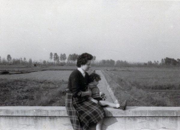 Canale di via Pace (1955) - Ponticello sulla strada che porta al Cimitero
