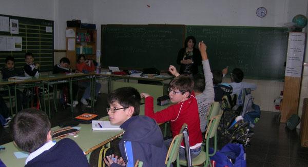 La periodista N'Empar Peiró a l'aula de cinquè de Primària.