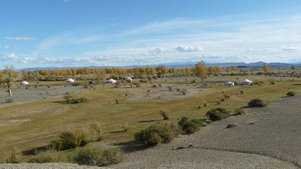 Hovd, petit campement compose d'une cinquantaine de yourtes et d'une ecole, pas tres loin d'une riviere