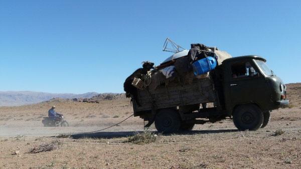 Les demenageurs mongols (on remarquera la chevre, vivante bien sur, a moitie en train de tomber a l'arriere du camion)