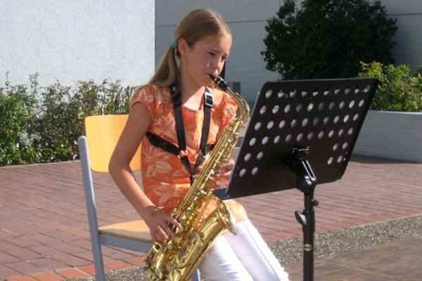 Lilian Hauck aus der 7e begrüßte die neuen 5er musikalisch