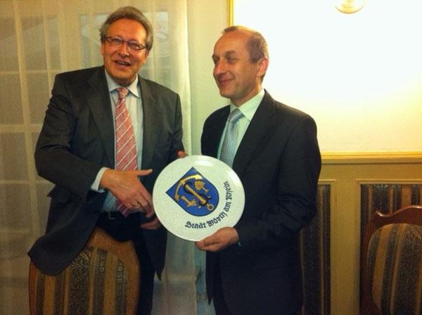 Unser Schulleiter Joachim Paul überreicht seinem Kollegen aus Tarnow den großen Wappenteller der Stadt Wörth