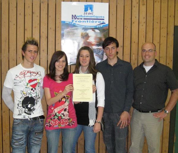 Auf dem Bild freuen sich Gines Gol Fajardo, Lena Hellmann, Melanie Böser, David Stephany und Mathematiklehrer Hendrik Becker über die Auszeichnung