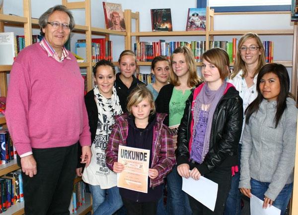 v.l.n.r.: Rektor Herr Paul, Anne-Kathrin, Celine, Kathrin, Isabel, Alena, Annika, Frau Fath und Suphattra