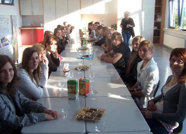 Deutsche und polnische SchülerInnen bei der Begrüßung im Pavillon