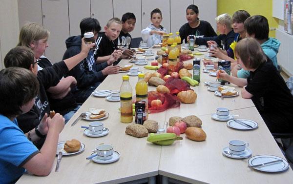 Die Teilnehmer beim Frühstück