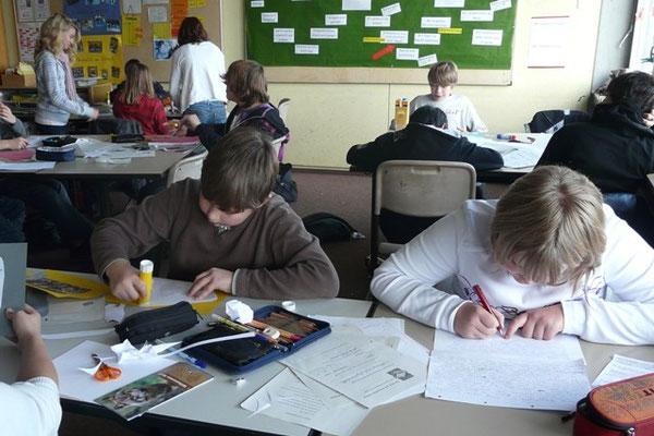 Die Schülerinnen und Schüler bei der arbeitsteiligen Gruppenarbeit