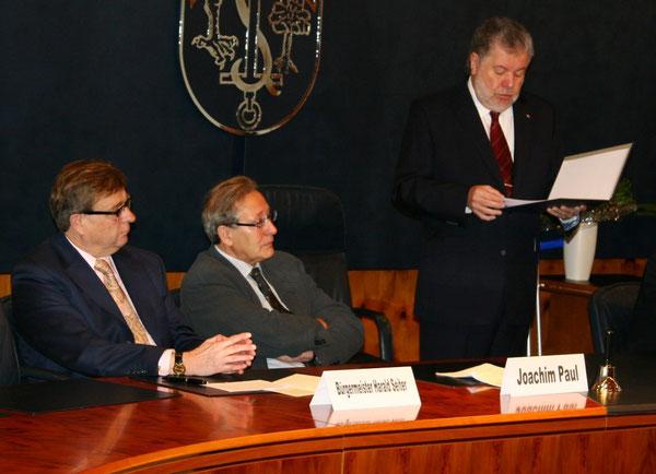 Ministerpräsident Kurt Beck bei seiner Laudatio-Rede, links Bürgermeister Harald Seiter