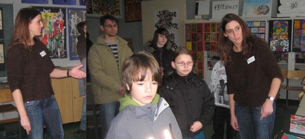 Kunstlehrerin Anna Schüssler bei der Präsentation ausgewählter SchülerInnenarbeiten